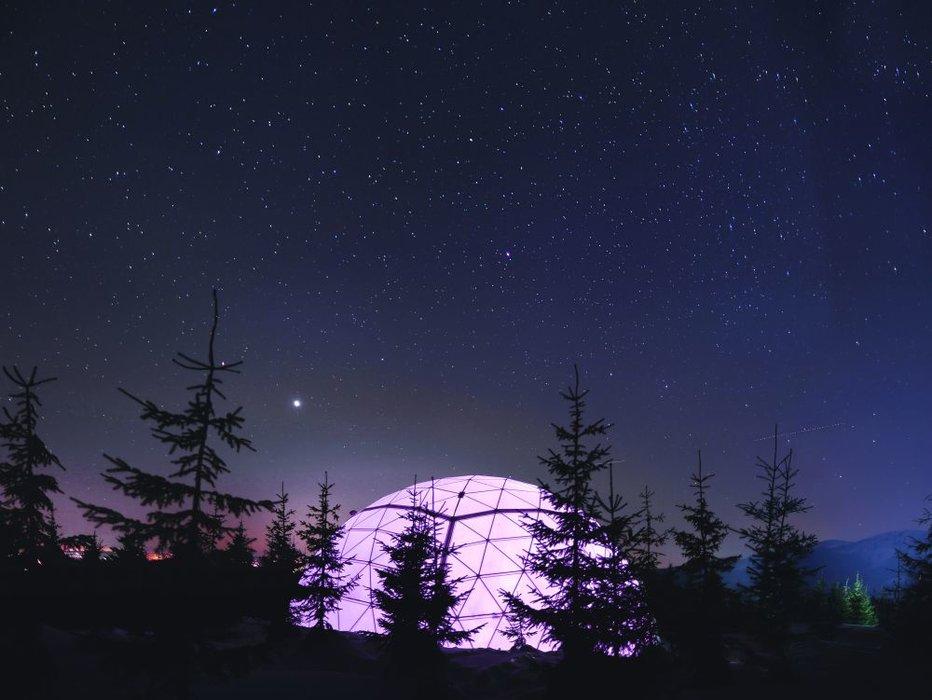 Noční pohled na Ledárium - výjimečnou atrakci s kupolovitou střechou, uvnitř se skrývají unikátní ledové sochy - © Skiareál Špindlerův Mlýn
