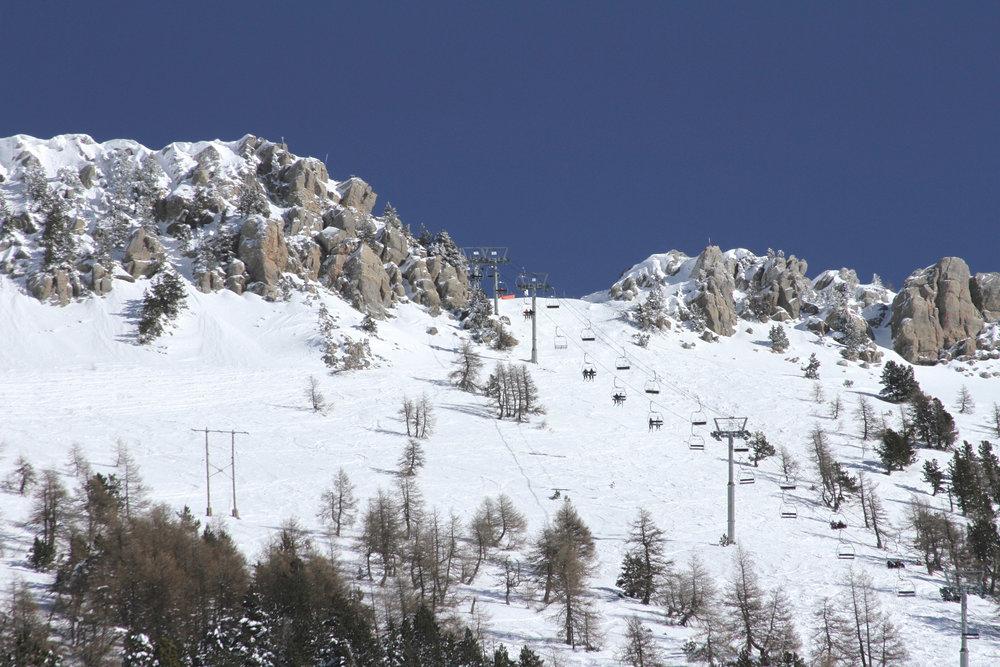 Conditions de ski idéales (soleil et neige fraîche) sur le domaine skiable de St Jean Montclar - © Station de ski de Montclar