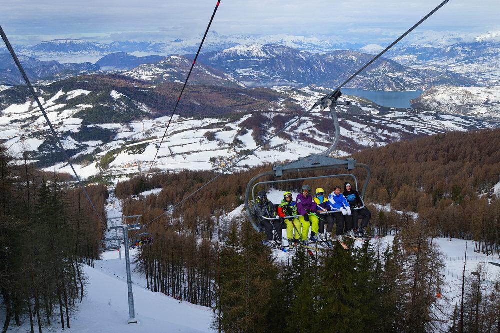 En route pour les pistes de ski de St Jean Montclar via le télésiège Belvédère - © Station de ski de Montclar