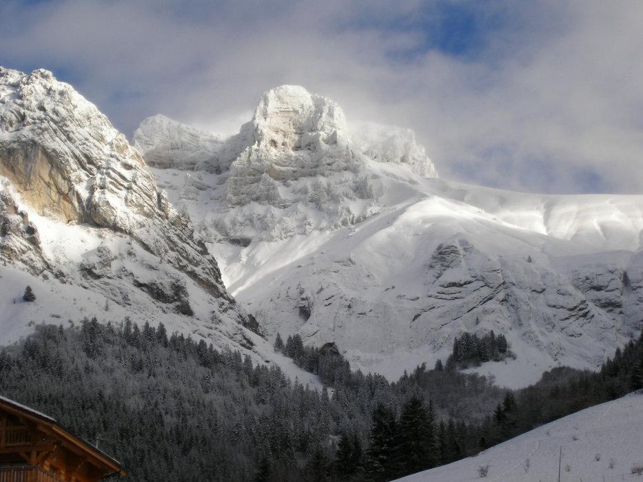 Le massif de la Tournette, sommet emblématique visible depuis la station de ski de Montmin Col de la Forcalz - © SAEM Montmin