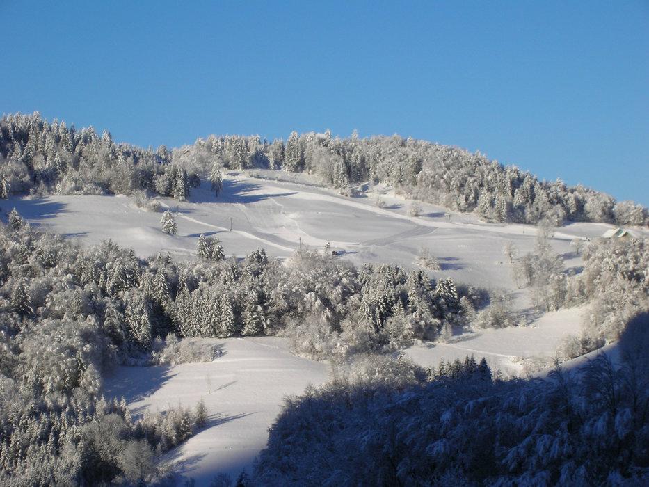 Vue sur les pistes de ski fraichement damées de Montmin Col de la Forclaz - © SAEM Montmin