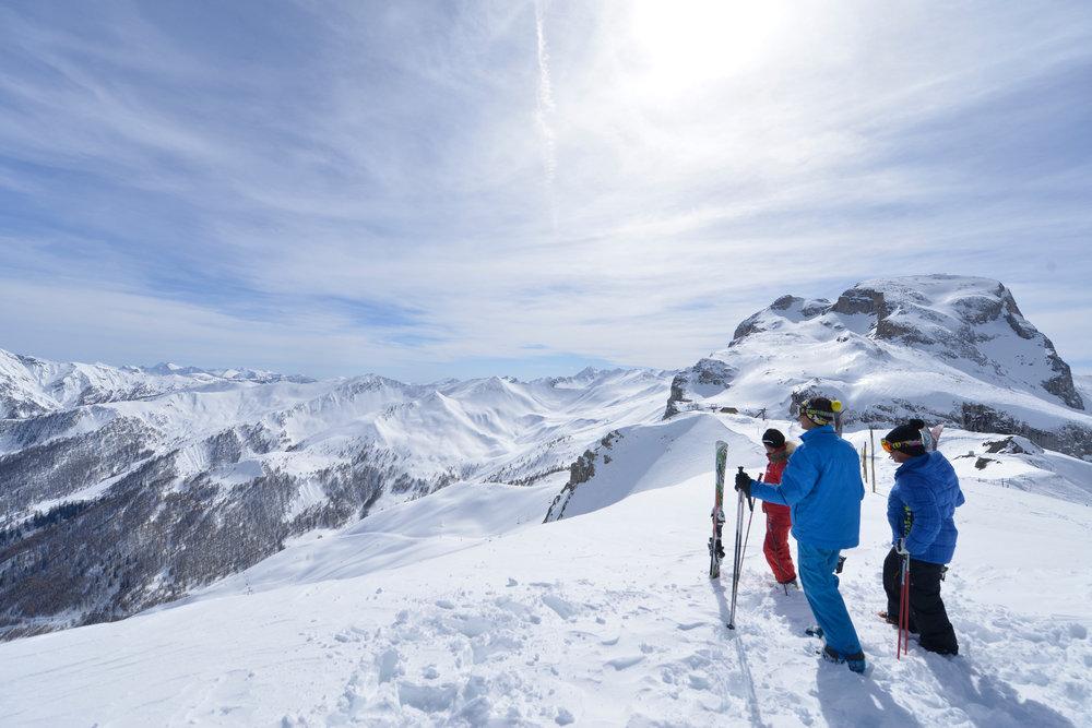 """Skieurs en mode """"contemplation"""" sur le domaine skiable de Praloup - © Manu Molle"""