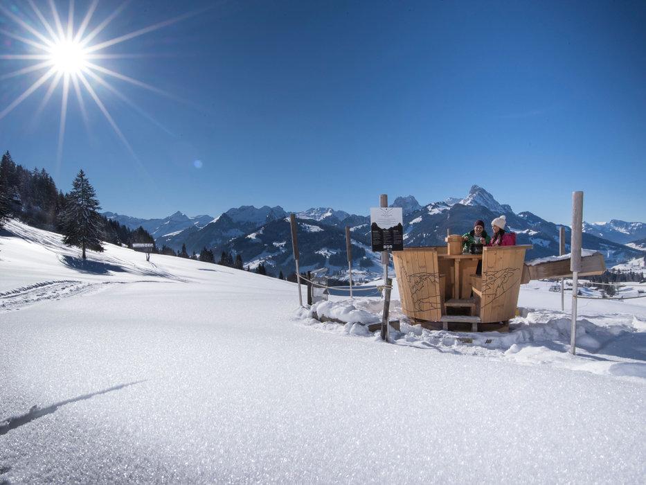 Déjuster une fondue en plein air, au centre d'un panorama grandiose, une expérience de plus à vivre à Gstaad ! - © Gstaad Saanenland Tourismus