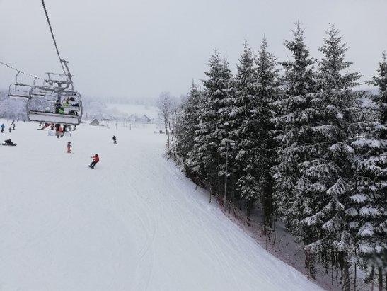 Zieleniec Ski Arena - Jeszcze nie wszystko jest gotowe i trzeba mieć świadomość że są miejsca z małą pokrywą śnieżną. Generalnie można szusować, szkoda że brak słońca.  - © Dariusz M.