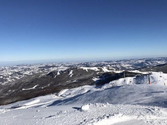 Cimone - 18 dicembre piste con 30-40 cm di neve sparata e fresca della nevicata del 17. Not bad come apertura di stagione. - © iPhone Max