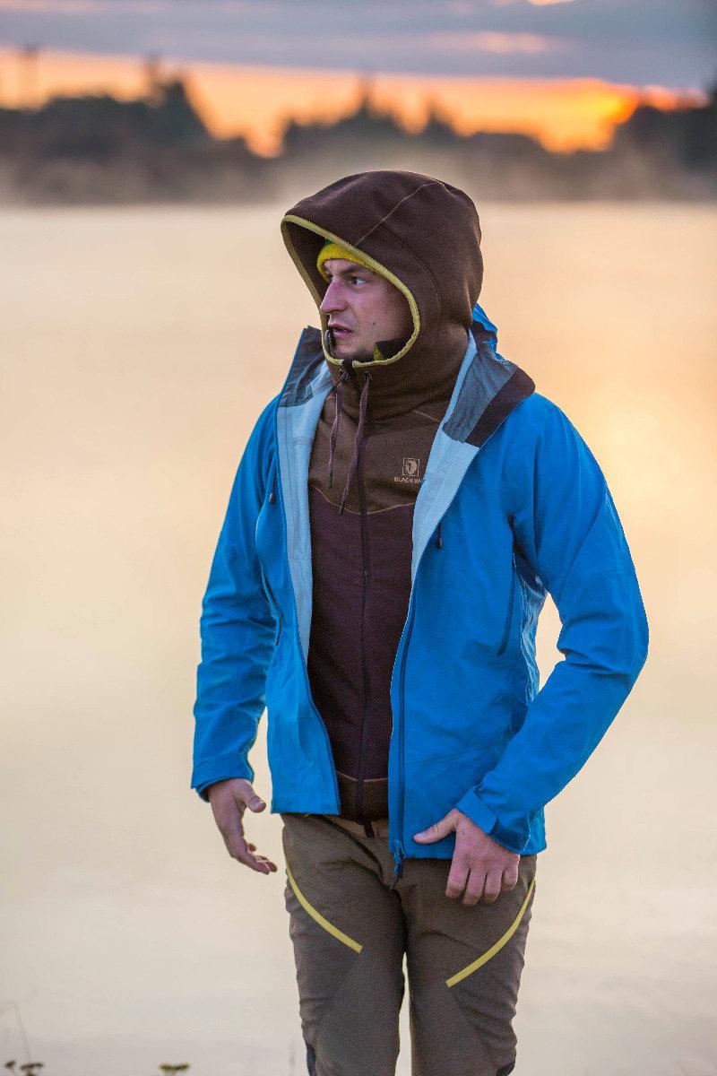 Adam Bielecki (POL) hat immer eine Hardshell-Jacke zum Schutz vor Regen und Wind im Gepäck - © BLACKYAK | Wierzejski