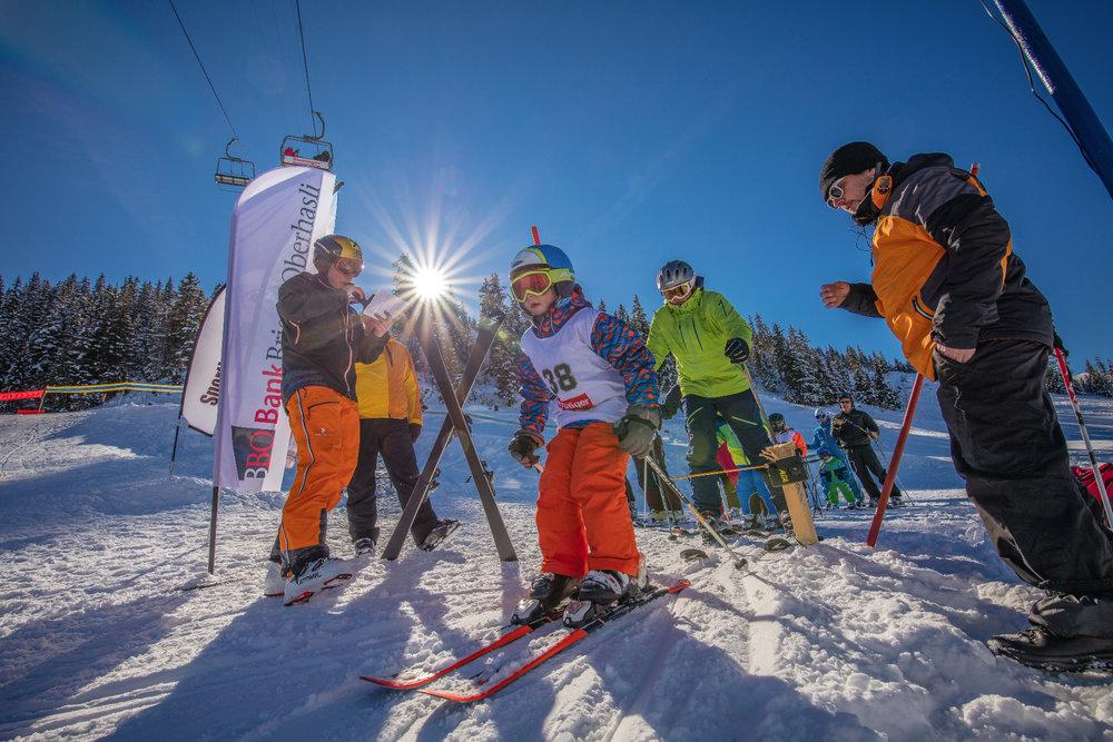 Počas zimnej dovolenky sa deti môžu učiť lyžovať. V niektorých prípadoch sa viac oplatí im výstroj požičať ako kupovať. - © Sportbahnen Axalp Windegg AG