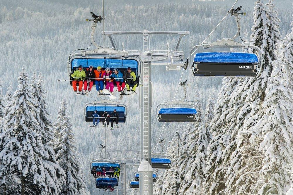 Moderní vyhřívaná sedačková lanovka, přezdívaná Bublina, vozí lyžaře na nejširší sjezdovku na Černé hoře - © SkiResort ČERNÁ HORA - PEC