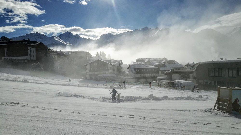 Poranek w Murmliparku w centrum Serfaus - po 10.00 zaroi się tu od dzieci stawiających pierwsze kroki na nartach - © Tomasz Wojciechowski