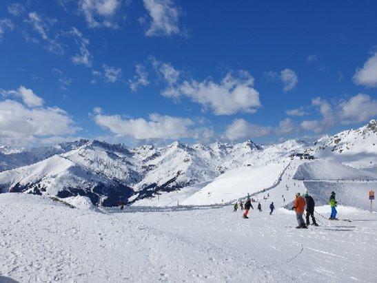 Mayrhofen - Das bisschen Schnee von letzter Nacht ist kaum merkbar. Durch die warmen Temperaturen der letzten Tage nordseitig sehr harte Piste. S - © Anonym