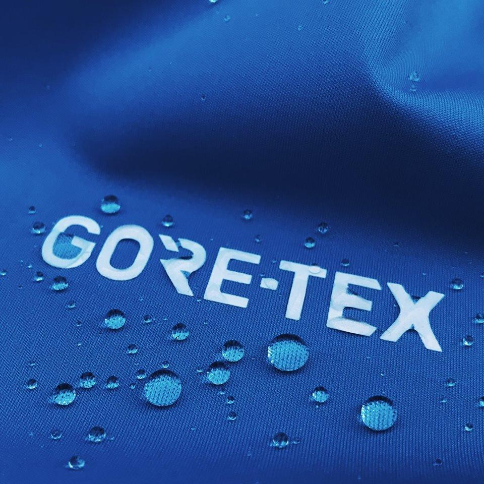 L'imperméabilisation d'une tenue de ski doit être réactivée lors du lavage et du séchage afin de permettre aux skieurs d'arpenter les pistes longtemps et sans souci, quel que soit le temps. - © Gore-Tex
