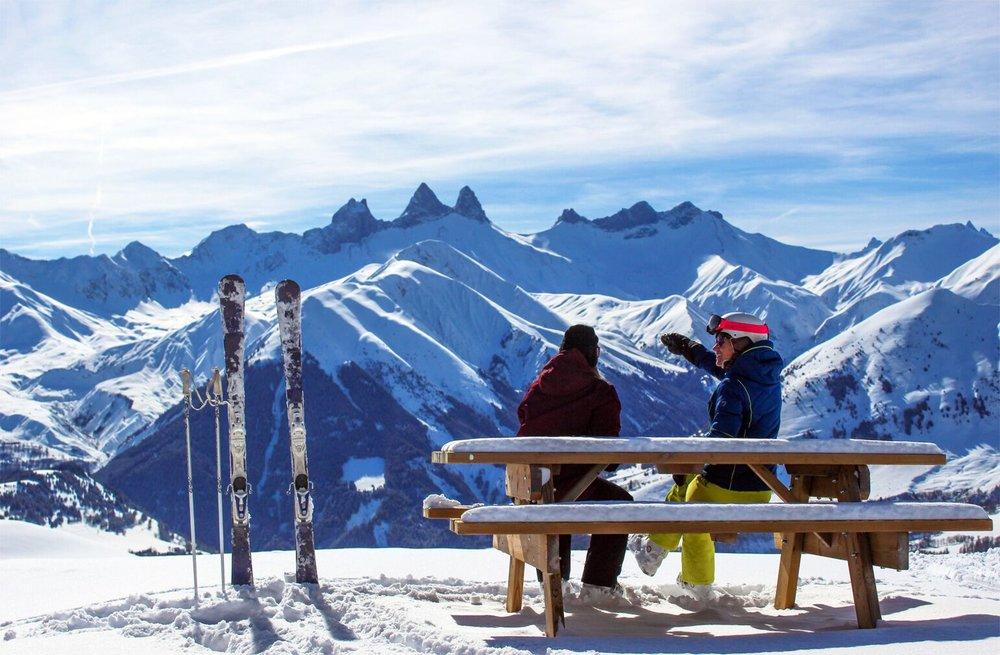 Petite pause contemplation pour profiter de la magnifique vue sur les Aiguilles d'Arves depuis le domaine skiable des Sybelles - © OT Saint Jean d'Arves