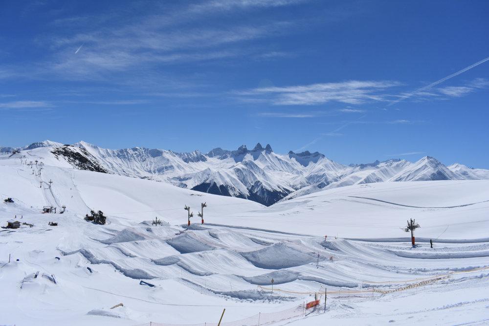Prêts à enchainer les figures sur le snowpark des Sybelles ? - © Corbier Tourisme