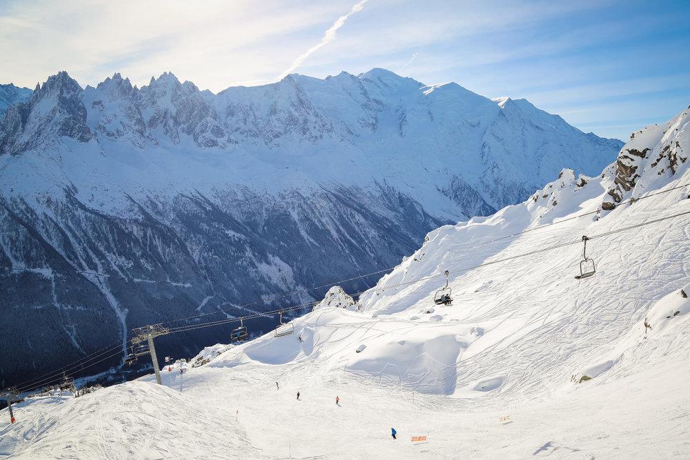 Conditions parfaites (neige fraîche et soleil au rendez-vous) sur le domaine skiable de Chamonix - © Office de Tourisme Vallée de Chamonix - Morgane Raylat