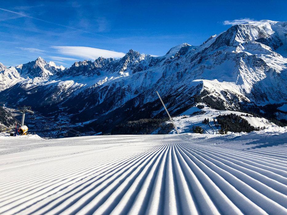 Plaisir matinal sur les pistes de ski fraichement damées de Chamonix - © Office de Tourisme Vallée de Chamonix - Célia Margerard