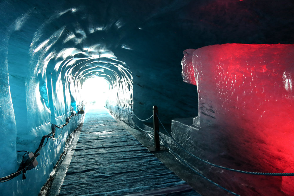 Serpenter à travers les couloirs de la Grotte de Glace, une expérience (et oui une de plus...) à vivre à Chamonix ! - © Office de Tourisme Vallée de Chamonix - Salome Abrial