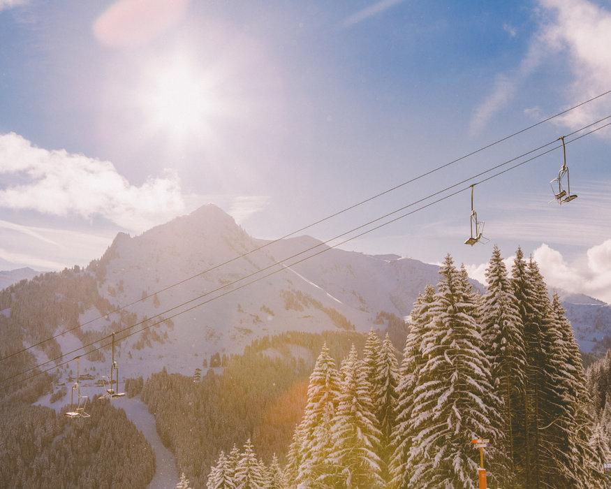 Encore une belle journée en perspective sur le domaine skiable de Morzine - © Sam Ingles / OT Morzine