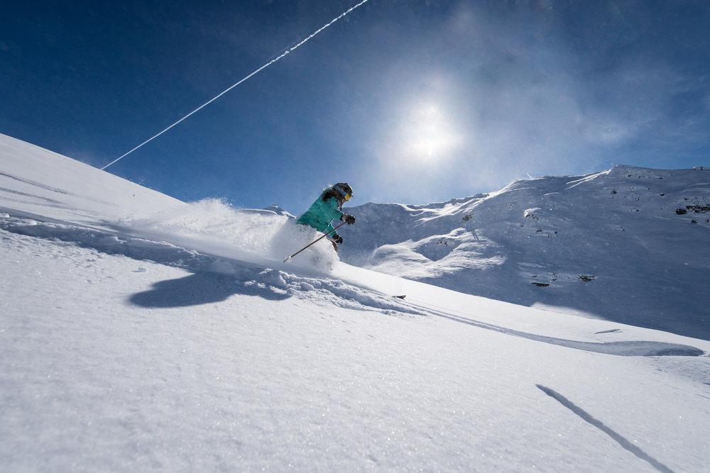 Session ski hors-piste sur les pentes enneigées de Valmeinier - © OT de Valmeinier