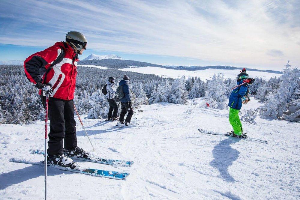 Skis entre amis sur les pistes enneigées des Estables - © Facebook @MezencLoireMeygal