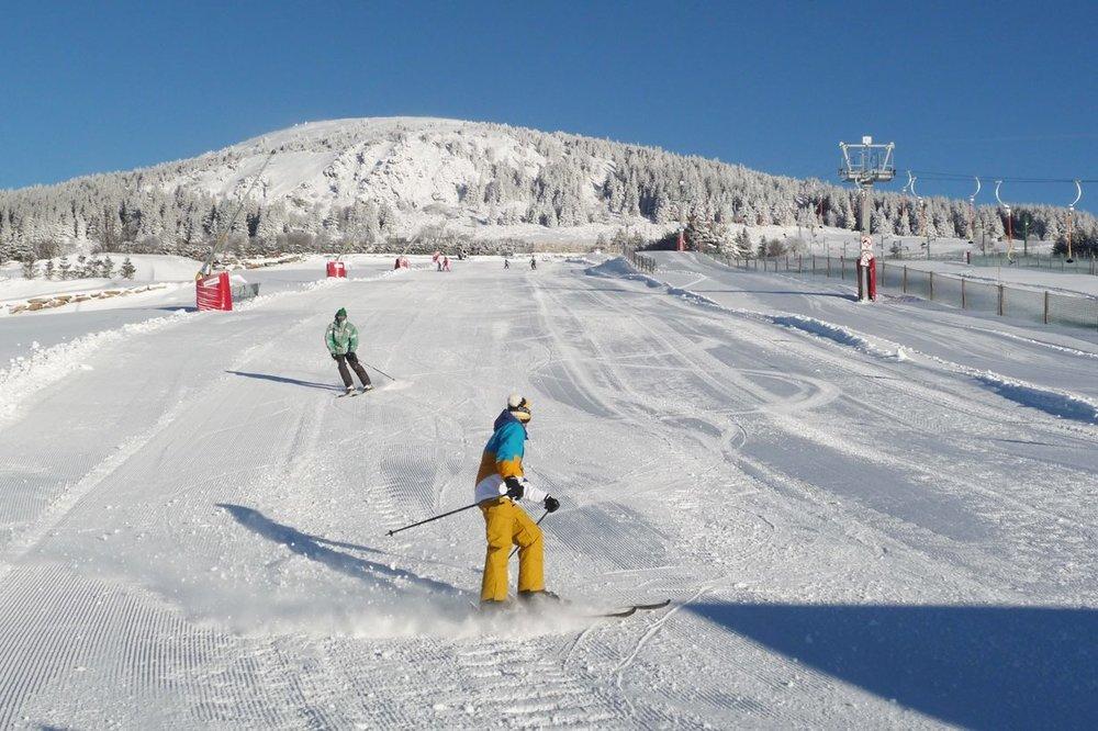 Conditions parfaites (neige fraîche et soleil généreux) sur les pistes de ski des Estables - © Facebook @MezencLoireMeygal