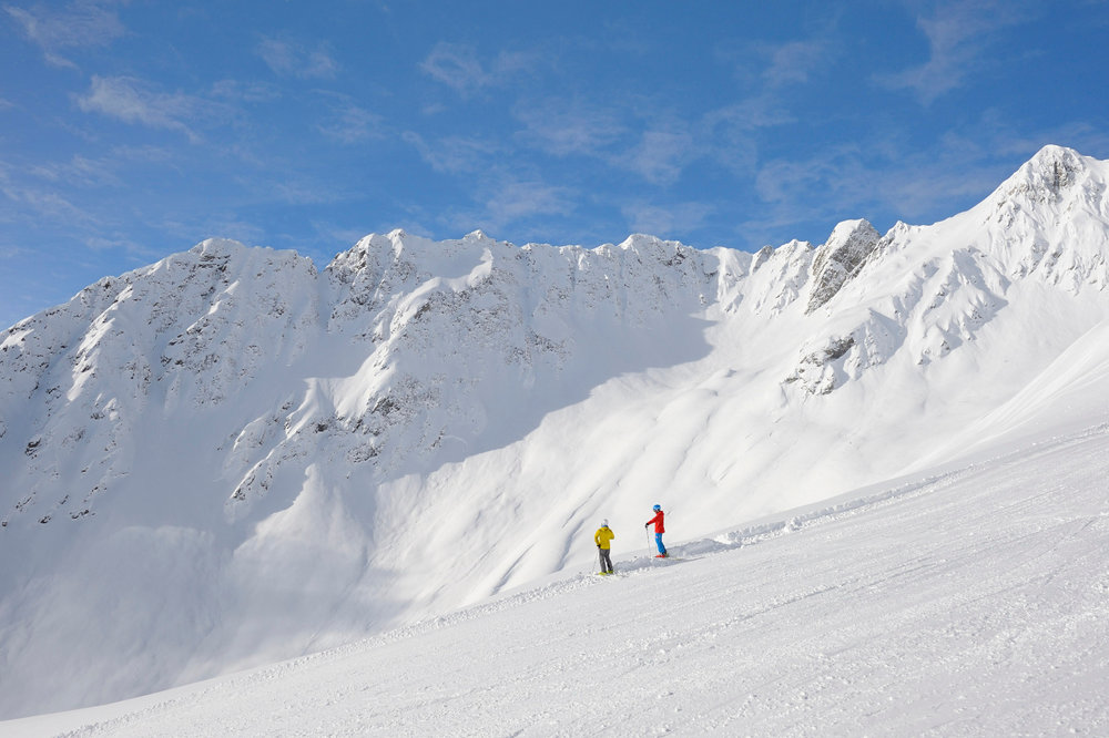 Skifahrer vor der beeindruckenden Bergkulisse in Kappl - © © TVB Paznaun - Ischgl