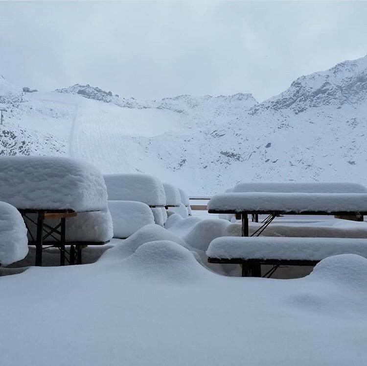 Über 30cm Neuschnee gab es am Rifugio Capanna Presena im Trentino (ITA) - © Facebook Meteo-alps