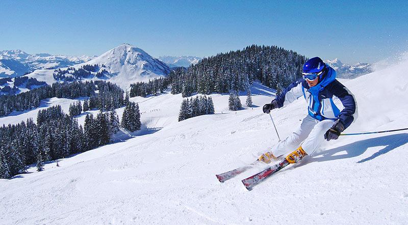 Unterwegs auf Carving-Ski - © Skiwelt Wilder Kaiser  - Brixental