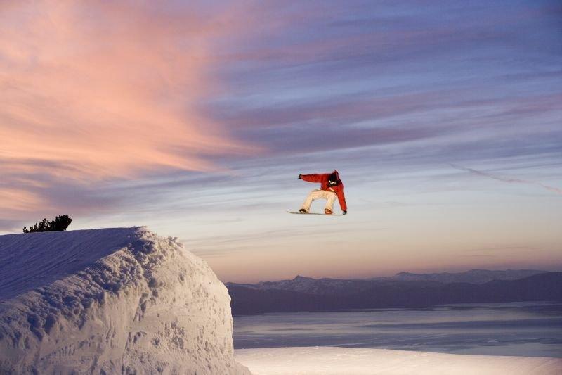 Jimi Tomer fliegt über dem Heavenly Mountain Resort in South Lake Tahoe, Kalifornien