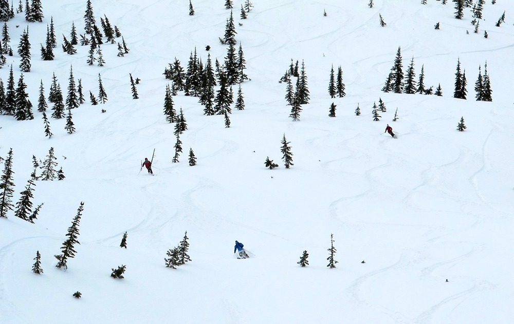 Group skiing at Island Lake. - © Dan Kasper