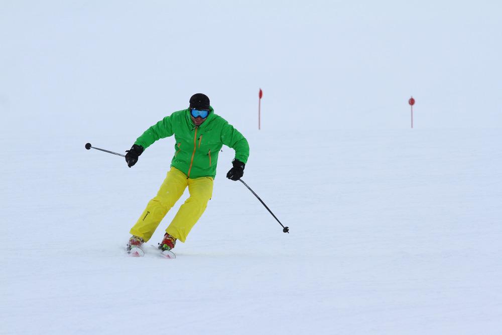 Carven mit schulterbreiter Skistellung und angepasster Körperposition - © Skiinfo.de
