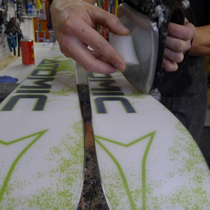Fartage de vos skis : Faites fondre le pavé de fart (en frottant un côté contre le fer) par petites gouttes au-dessus de l'ensemble de la semelle.
