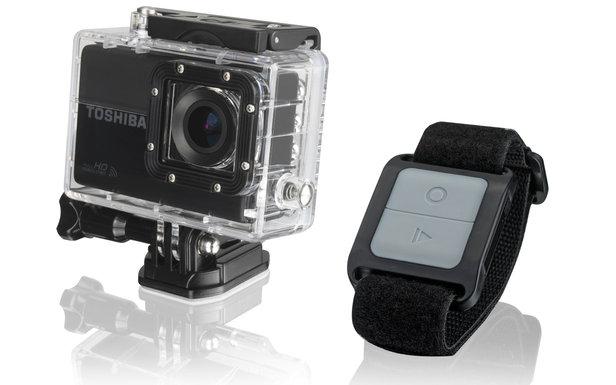 La caméra embarquée Toshiba Camileo X-Sports, son boîtier robuste et étanche et son bracelet télécommande...