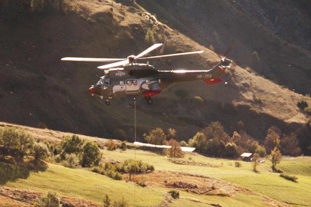 Le Super Puma à l'ouvrage lors de l'héliportage des pylones et potences du nouveau télésiège des Estaris à Orcières