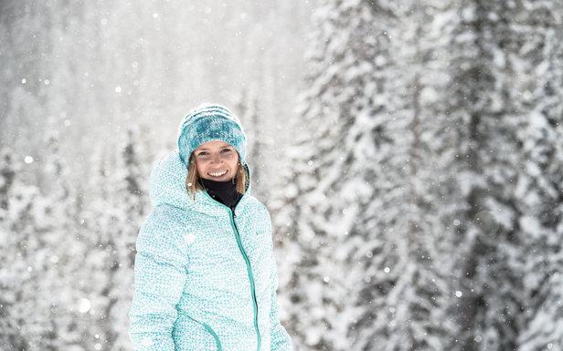 On peut skier stylées tout en étant bien au chaud, avec de jolis vestes, skis et accessoires - ©Roxy