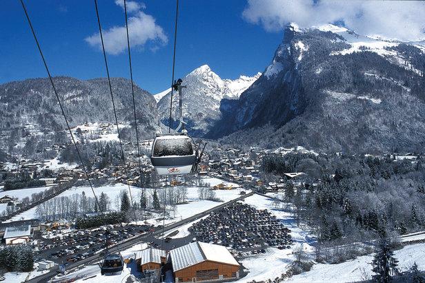 La télécabine Grand Massif Express relie le village de Samoëns au domaine skiable du Grand Massif