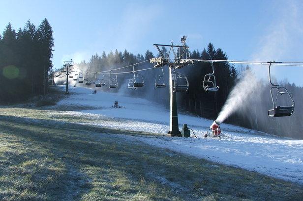 Même les canons à neige peinent à fournir suffisament de neige pour assurer l'ouverture de certains domaines skiables...