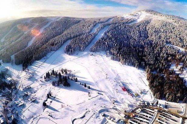 Dolnoslezské středisko Czarna Góra na záběrech z ptačí perspektivy  - © FB TauronBachledaSki