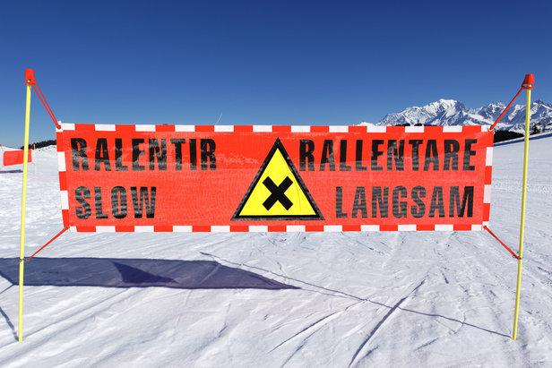 Le respect de la signalisation et du balisage est l'une des règles de sécurité sur les pistes de ski
