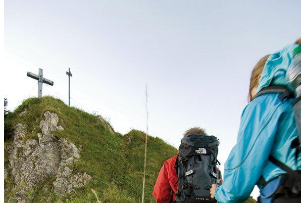 Sind Wanderstöcke sinnvoll? Pros, Contras und Tipps zur Anwendung- ©Kleinwalsertal Tourismus