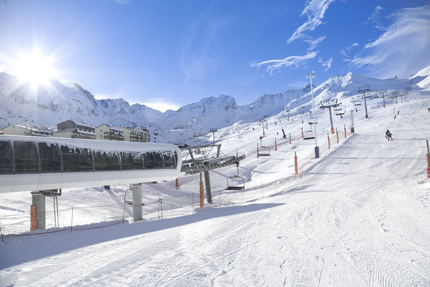 Chaussez les skis, en route pour les pentes enneigées de Grandvalira !  - © Alex Gosteli