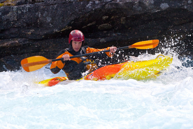 Quoi de mieux que de se lancer à l'assaut des eaux mouvementées d'une rivière de montagne en kayak pour retrouver un peu de fraicheur ?