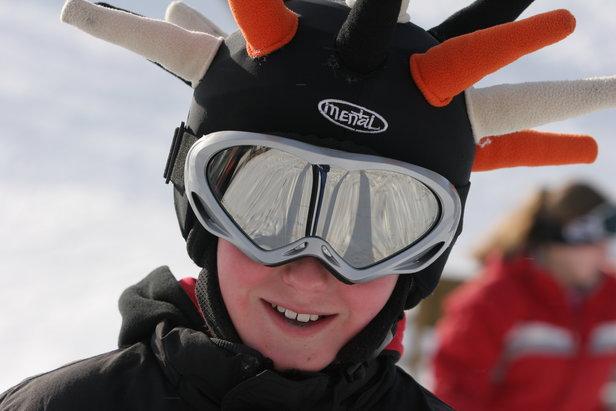 W Alpach panuje moda na jazdę w kasku.