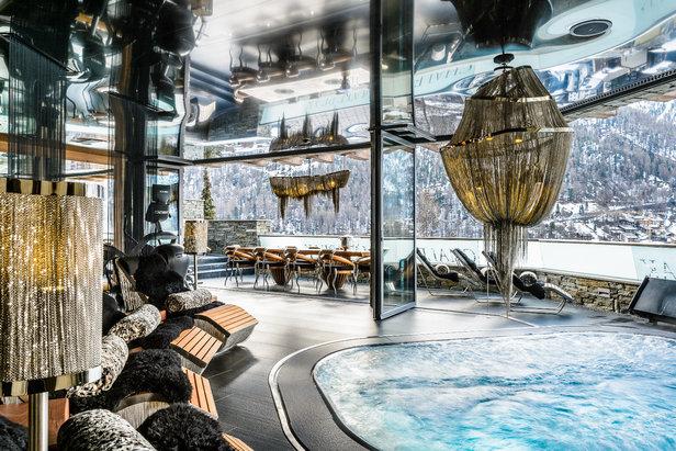 Einen Indoor-Pool und Balkon mit Blick auf Zermatt gibt es natürlich auch  - © CZP Chalet Zermatt Peak