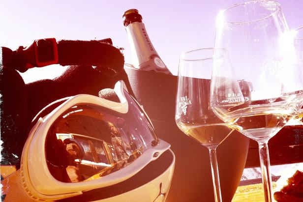 Ein Gläschen Champagner gehört zu einer Luxus-Skisafari dazu
