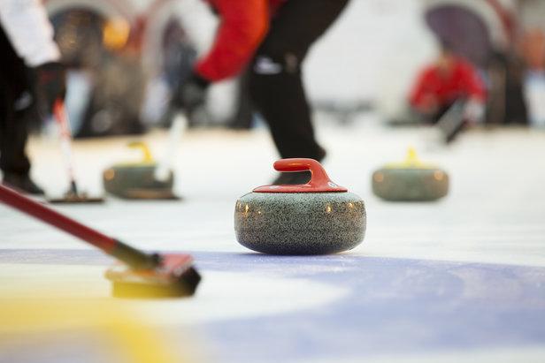 Die olympische Winterdisziplin Curling bietet eine Alternative zum Sporteln im Schnee und kann unter anderem in der Gemeinde Arosa erlernt werden.  - ©  ladysuzi – Fotolia.com (#122983550