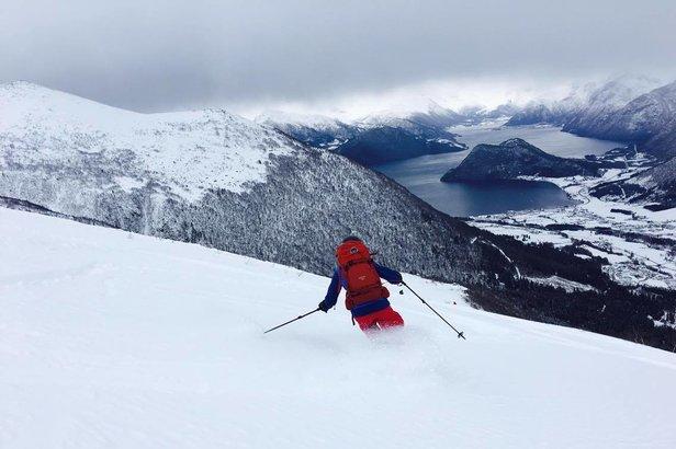 Det var fantastisk snø på vei ned fra Kaldtinden i Måndalen i Romsdal i helgen. Her suser Veronica Heltne nedover.