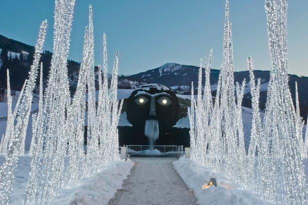 Gigantische reus als blikvanger bij de ingang van de Swarovski Kristallwelten  - © Tirol Werbung
