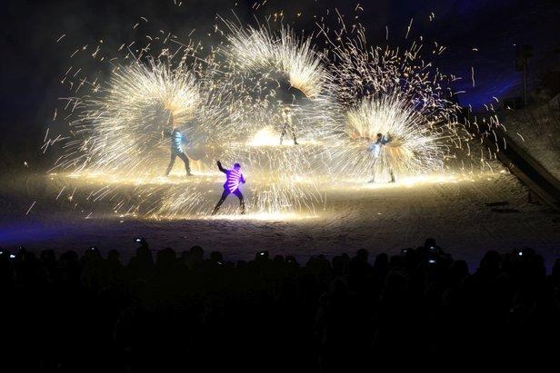 """W ośrodku narciarskim Schlick 2000 co środę odbywają się pokazy narciarskie """"Night of Colours""""  - © TVB Stubai"""