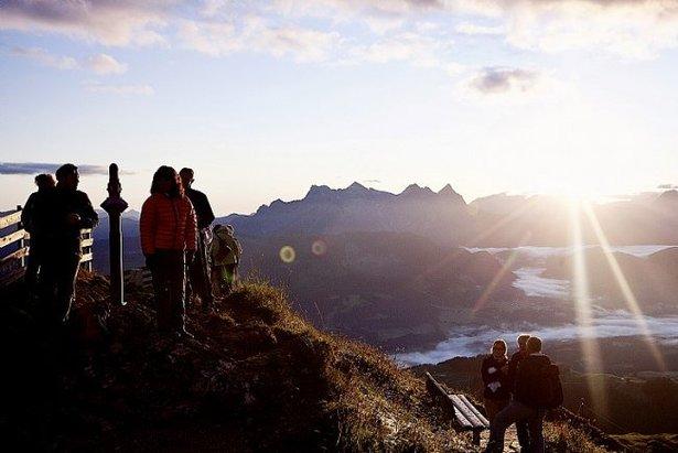 Wanderer am Kitzbüheler Horn: Sonnenaufgangswanderungen in Tirol sind einzigartig. Der Aufstieg kann geführt, oder auf eigene Faust erfolgen. Genießer nützen die Bergbahn. - ©Bergbahn Kitzbühel