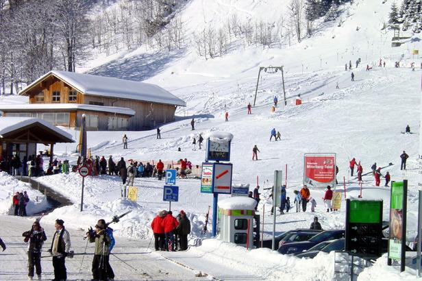 Aufbruchstimmung und Skispaß an der Talstation Walmendingerhornbahn